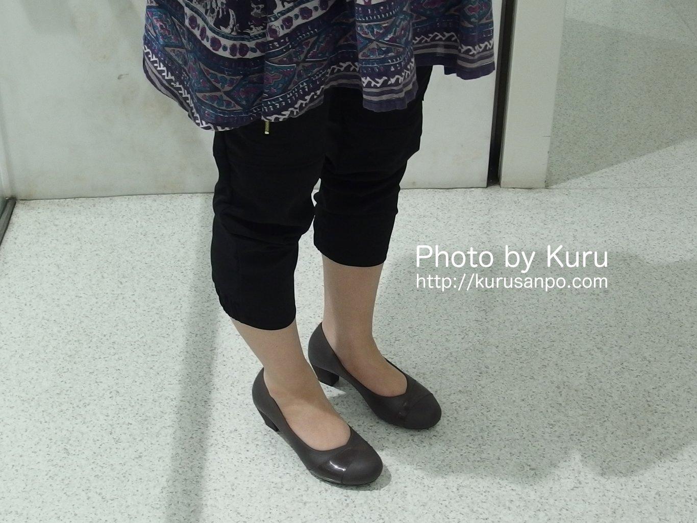 プラステの『フロントジップストレッチクロップドリラックスパンツ』足のラインが気になる人におすすめです!