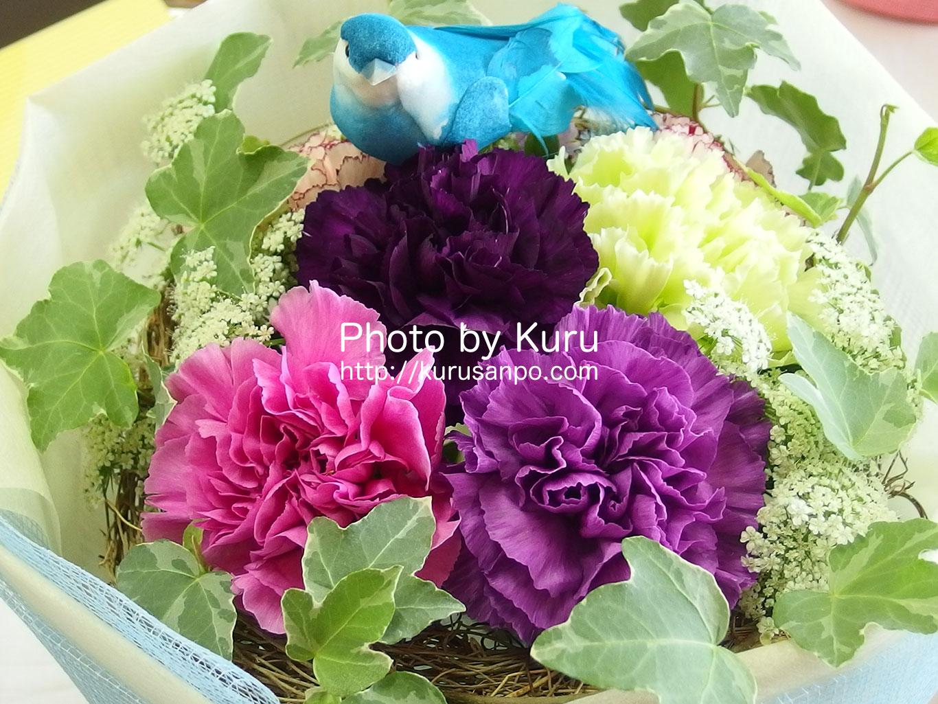 幸せを願う青い『カーネーション』と幸せを呼ぶ青い鳥のブーケを母の日のプレゼントに……♪